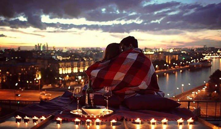 Парень с девушкой встречают рассвет на крыше
